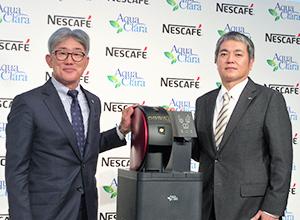 高岡浩三ネスレ日本社長兼CEO(左)と赤津裕次郎アクアクララ社長