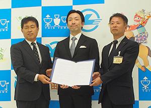 樋口智一ヤマダイ食品代表(写真中央)