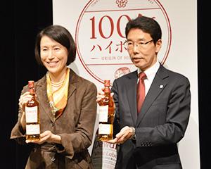 商品を手にする前田章子バカルディジャパン社長(左)と宮石徹サッポロビール常務