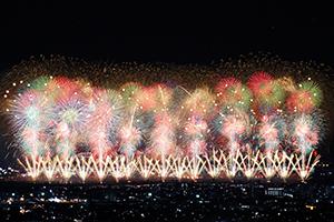 世界へ、未来へ、平和へ思いをつなぐ長岡の大花火大会。100万人を超える観覧者を集める一大イベントと県内の観光資源は豊富だ(写真=長岡市提供)