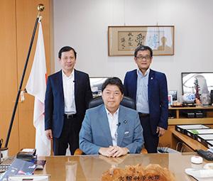 林芳正大臣を中心に、野口昌孝会長(左)と中込武文東部支部長