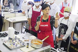 講師のカゴメの坂東弘子主任、スパイスの効能も伝えた