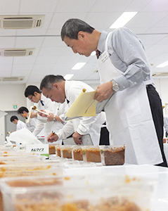 """審査員が香りや味などを審査し、その年の""""日本一の味噌""""を決める"""