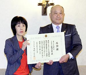 高橋はるみ知事(左)から松田克也社長に感謝状が贈呈された