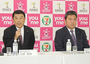梶原雄一朗イズミ専務(右)と大村俊彦セブン―イレブン・ジャパン常務
