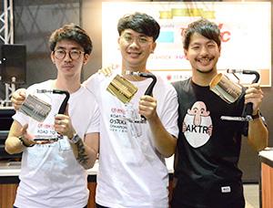 左から2位のYongsiri Sittipong氏、優勝したSarawt Man-Ngan氏、3位の田中大介氏