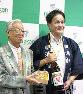 〓鮓(こけらずし)を持つ伝承料理研究家の奥村彪生氏(左)とMizkan商品企画部の赤野裕文氏