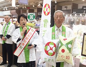 阪神百貨店梅田本店で、トップセールスに立つ吉村美栄子知事(左)