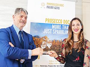 プロセッコDOC試飲セミナーを開催したマルコ・サベリコ氏(左)とプロセッコDOCワイン保護協会のターニャ・バラッティン氏