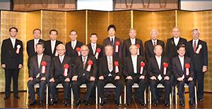 贈呈式を終え選考委員らと記念撮影した第51回食品産業功労賞受賞者12氏と代理受賞者
