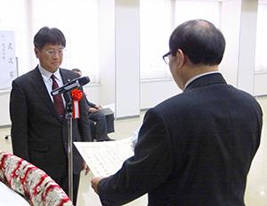 榎本直樹大阪国税局長(右)から表彰状を受け取る伴光博白鶴酒造生産本部製造部門統括部長