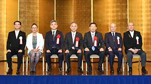 贈呈式を終え選考委員らと記念撮影した第27回食品安全安心・環境貢献賞の受賞会社の登壇者