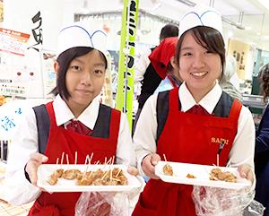 爽やかな笑顔で売場を盛り上げた、大崎美緒さん(右)と角田和香菜さん