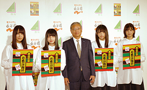 欅坂46のCMメンバーと並んだ永谷園の飯塚弦二朗社長(中央)、基本価値を伝えるのがトップの責務と訴えた