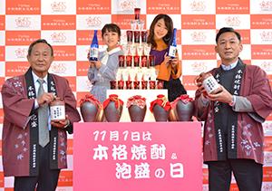 左から焼酎需要開発部会の姫野建夫部会長、高橋みなみ、峯岸みなみ、豊永史郎委員