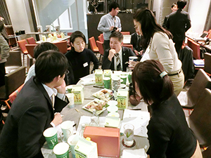 参加者は焼酎とお茶の専門家とともに割り方を考えた