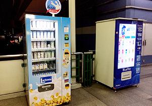深夜の客待ちをする電子決済対応の自販機=高架鉄道BTSのプロンポン駅構内で。10月12日、小堀写す