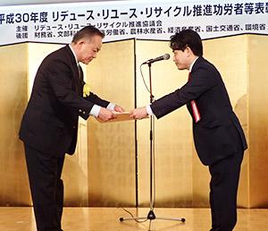 賞状を受け取る佐藤誠也取締役上席執行役員(左)