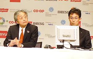 シンポジウムに登壇した山本晋也取締役(右)と長谷川泰伸CSR統括