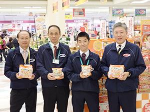 商品をアピールする水上幸重社長(右端)と杉村壽哉副社長(左端)ら
