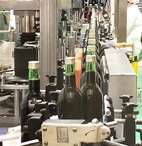 ワイン工場内の瓶詰めライン