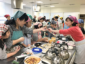 味噌料理に取り組む参加者