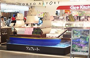 帆船型什器が印象的な店内
