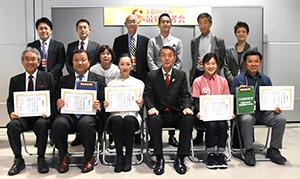 入賞者と篠田昭新潟市長(前列)、審査員(後列)