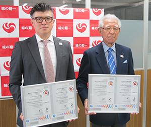 菊池幸会長(右)と菊池光晃社長