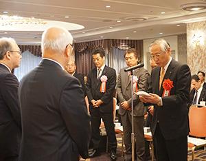 受賞者代表謝辞を述べる川村和夫社長(右端)