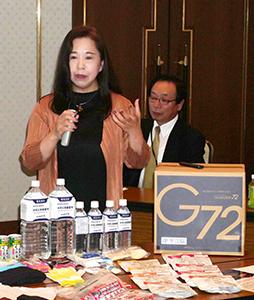 食品・飲料・衣類・衛生用品・防災用品と5分野をカバーするG72BOX内の支援物資について説明する有馬朱美MAT代表取締役