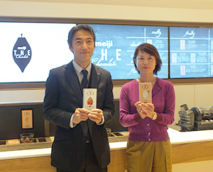 萩原秀和菓子マーケティング部長(左)と山下舞子菓子商品開発部専任課長