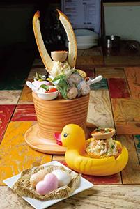 写真上から「ジェントルマンな前菜盛り合わせ」1,058円(税込み)、「半熟卵のスモーキーポテサラ」529円(税込み)、「尾山鶏のレバーペーストと林檎の蜜煮」1個302円(税込み)