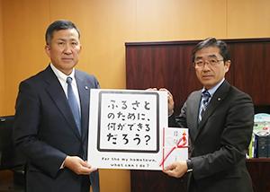 高島英也サッポロビール社長(左)と及川秀一郎安平町長