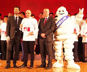 新しく星を取得した各店のシェフが登壇。前列左からグウェンダル・プレネック氏、9年ぶりに三つ星を得た「ロオジエ」のオリヴィエ・シェニョン氏、日本ミシュランタイヤのポール・ペリニオ社長