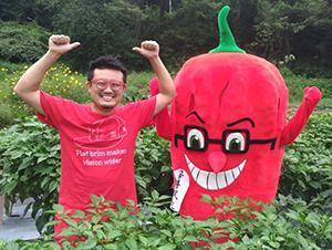 吉岡紘代表(左)と同研究所のゆるキャラ「辛井課長」