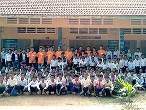 参加メンバーと小学校の子どもたち