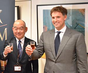 杉野直起取締役常務執行役員(左)とツヴァック・シャンドル会長