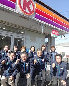 前列右から広瀬弘幸種清社長、澤田貴司社長と店舗スタッフ。12月12日からファミリーマートとして再始動する