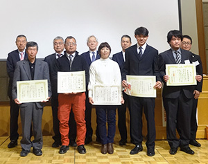 前列は受賞者。後列左から3人目が川澄正美コーミ社長、同4人目が岡本嘉久岡本食品社長
