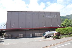 養老鉄道養老線・養老駅より約5km、美濃津屋駅より約1kmの場所に位置する中日本氷糖 南濃工場。敷地内には第一~第四工場、ポーション(ガムシロップ)工場、氷砂糖資料館が立つ