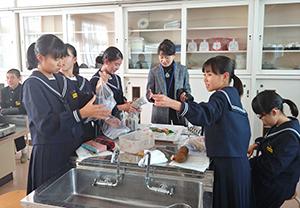 30人の生徒が「ぬか漬教室」に参加した
