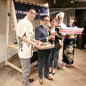 島村宏子SVB社長(中央)、藤原ヒロユキ氏(左から2人目)と回転寿司店代表者ら