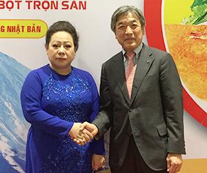 国領順二取締役常務執行役員(右)とダイフォン製粉グループのヒュン・キム・チー会長