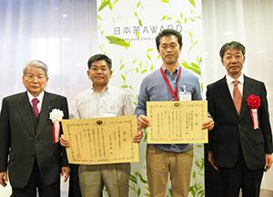 左から、柳澤伯夫理事長、大賞受賞の西川清隆茶友取締役、準大賞の原田賢一氏