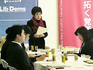 山東昭子食育調査会会長(中央)