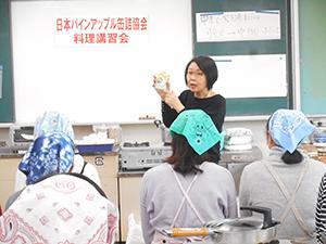 講習会で商品説明する宮本洋美氏