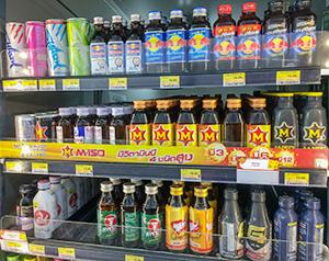 タイの小売店では栄養ドリンクがずらりと並んでいる=11月29日、バンコク首都圏で小堀晋一が写す