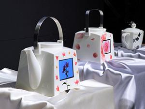 鳴海陶器にディスプレーを埋め込んだ「紡ぎ」シリーズ