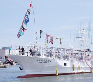 近年、船凍イカの水揚げシェアを高める山形県酒田漁港。6月に街を挙げて盛大に開催するイカ釣り船団出航式は日本でここだけ。過酷な漁に耐え、おいしいイカを食卓に届ける